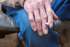 Viejo vaquero que fuma un cigarrillo Foto de archivo libre de regalías