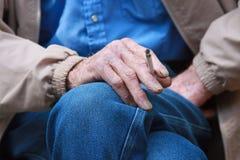 Viejo vaquero que fuma un cigarrillo Imagen de archivo libre de regalías