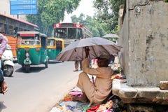Viejo vendedor en la sendero-India Fotos de archivo libres de regalías