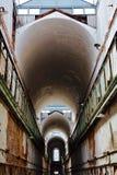 Viejo vestíbulo histórico y abandonado del edificio que mira para arriba el techo Imagenes de archivo