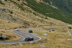 Viejo viaje de coches del cabriolé en la carretera con curvas en las montañas de Cárpatos Imagenes de archivo