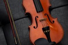 Viejo vintage clásico del violín en el cuero Foto de archivo