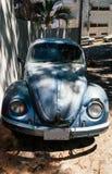 Viejo vintage Escarabajo Volkswagen parqueado en la sombra imagen de archivo