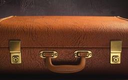 Viejo vintage, maleta de cuero retra en fondo oscuro Vista delantera, entonada Foto de archivo libre de regalías