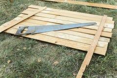 Viejo vio en los tableros de madera Hecho a mano haga la tabla Fondo de la foto foto de archivo