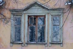 Viejo Windows de la casa vieja Imagen de archivo libre de regalías