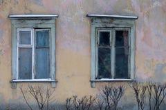 Viejo Windows de la casa vieja Foto de archivo