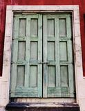 Viejo y bloqueado wiiden el concepto de diseño de la puerta del vintage histórico Foto de archivo