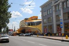 Viejo y los nuevos grandes almacenes en la parte histórica de Donetsk foto de archivo