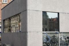 Viejo y moderno Reflexiones de edificios y de bicicletas históricos en las ventanas de un edificio moderno imágenes de archivo libres de regalías