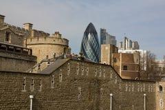 Viejo y nuevo en Londres imagenes de archivo