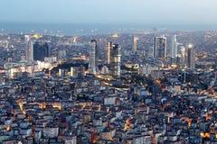 Viejo y nuevo lado de Estambul en la noche Imagen de archivo libre de regalías