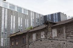 Viejo y nuevo lado del edificio al lado Imagen de archivo