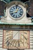 Viejo y nuevo (reloj moderno y reloj solar) Imágenes de archivo libres de regalías