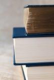 Viejo y nuevos libros imagenes de archivo
