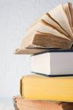 Viejo y nuevos libros fotografía de archivo