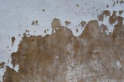 Viejo y pelado de la pintura blanca agrietada en el cemento marrón del color superficie de la pared para el fondo del arte y la f fotografía de archivo