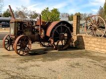 Viejo y Rusty Tractor For Farming imagenes de archivo