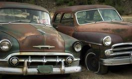 Viejos amigos que aherrumbran en el Junkyard PARA LA VENTA Fotos de archivo