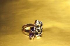 Viejos anillos de oro diseñados enfocados Fotografía de archivo libre de regalías