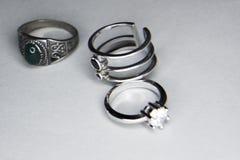 Viejos anillos de plata diseñados enfocados Fotografía de archivo libre de regalías