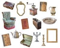 Viejos artículos fijados aislados en el fondo blanco Maleta, silla, marcos, libros, amoladora de café, palmatorias, caldera, jarr imágenes de archivo libres de regalías