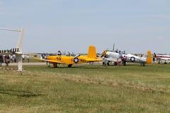 Viejos aviones militares en campo Fotos de archivo