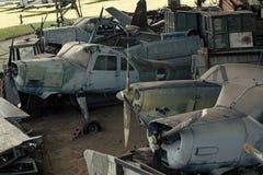 Viejos aviones texturizados del grunge, fondo de la chatarra Viejos aviones no capaces de volar, soportes en el museo de la aviac fotografía de archivo libre de regalías
