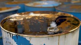 Viejos barriles de petróleo sucios almacen de video