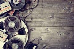 Viejos carretes y fondo audios de la cinta de casete Imagen de archivo libre de regalías
