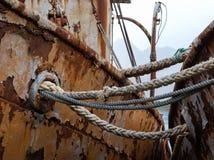Viejos casi rasgados envían cuerdas en ruina del barco del pescador Imagen de archivo