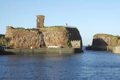 Viejos castillo de Dunbar y entrada de puerto imagen de archivo libre de regalías