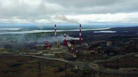 Viejos ciudad-trabajos gigantes de Nikel en el norte de Rusia, cerca de la frontera con Noruega almacen de video