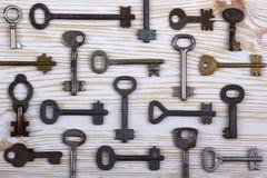 Viejos claves en fondo de madera Imágenes de archivo libres de regalías