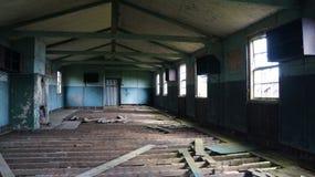 Viejos cuartos abandonados el dormir Imagenes de archivo