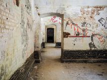 Viejos cuartos con el graffitiin la fortaleza de la tela de lana basta cerca de Mechelen, imagen de archivo libre de regalías
