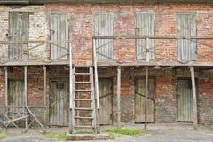 Viejos cuartos de madera de construcción abandonados Fotografía de archivo