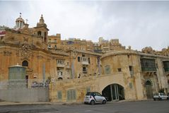 Viejos edificios y Victoria Cate en el puerto magnífico de La Valeta Imágenes de archivo libres de regalías