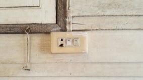 Viejos enchufe quebrado e interruptor Imagen de archivo libre de regalías