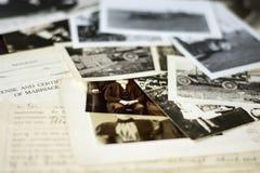 Viejos fotografías y documentos nostálgicos imágenes de archivo libres de regalías
