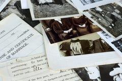 Viejos fotografías y documentos nostálgicos foto de archivo