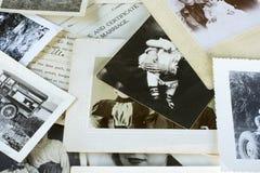 Viejos fotografías y documentos nostálgicos fotografía de archivo