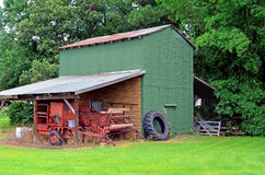 Viejos granero, equipo de cultivo, y Rusty Old Combine Imagen de archivo libre de regalías