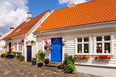 Viejos hogares de madera blancos típicos en Stavanger Imágenes de archivo libres de regalías