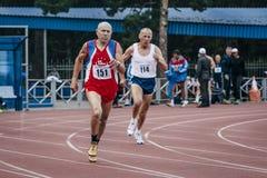 Viejos hombres de la competencia en los 400m Imagen de archivo libre de regalías