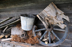 Viejos items en el ático de madera foto de archivo libre de regalías