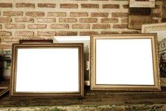 viejos marcos de la foto en la tabla de madera imagen de archivo