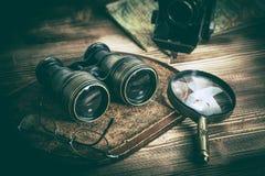 Viejos objetos con las lentes: prism?ticos, c?mara, lupa y vidrios fotos de archivo