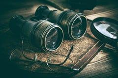 Viejos objetos con las lentes: prism?ticos, c?mara, lupa y vidrios imagenes de archivo