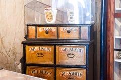 Viejos objetos, herramientas y humor de un museo farmacéutico en Cluj Napoca, Rumania Foto de archivo